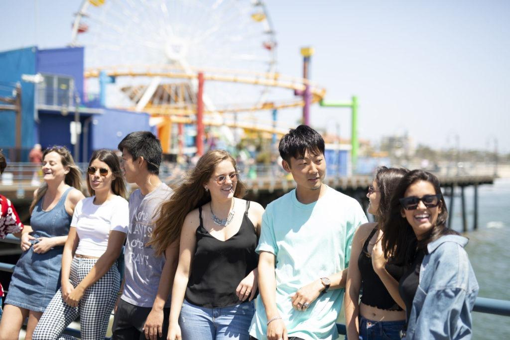 Groupe d'amis sur la plage de Santa Monica