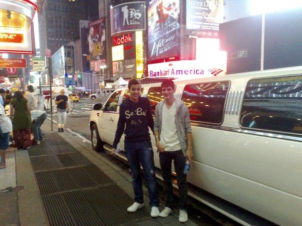 Deux amis à Times Square pendant leur séjour linguistique à New-York