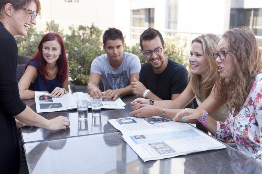 Groupe d'étudiants en séjour à l'étranger avec leur professeur